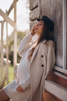 Jeune femme enceinte en attente de bébé