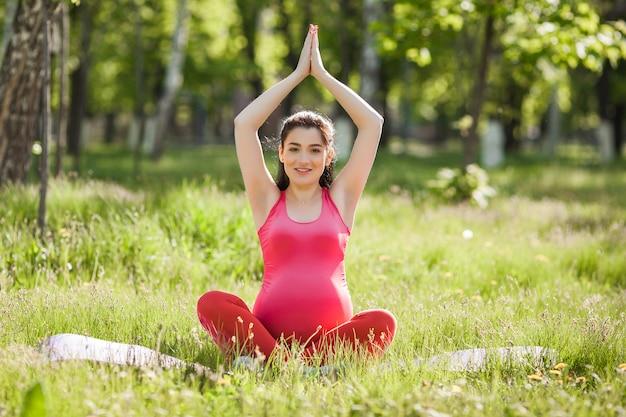 Jeune femme enceinte, faire des exercices de yoga.