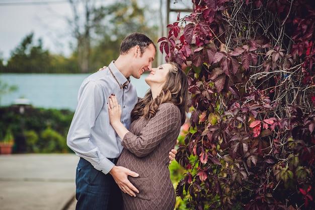 Une jeune femme enceinte et son mari.