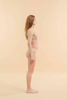 Jeune femme encore debout en sous-vêtements