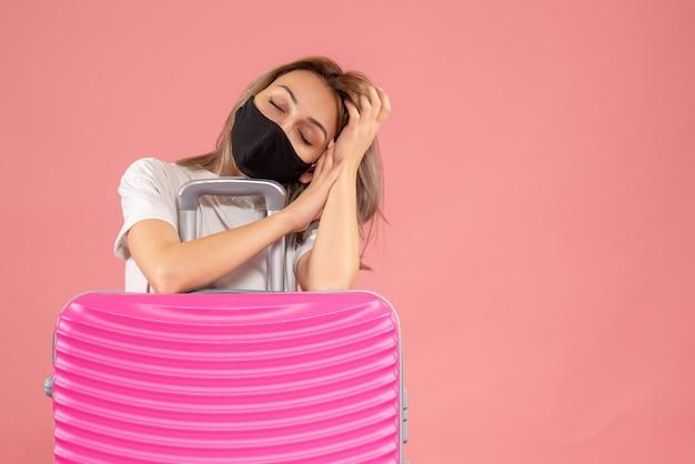 Jeune femme endormie avec masque noir