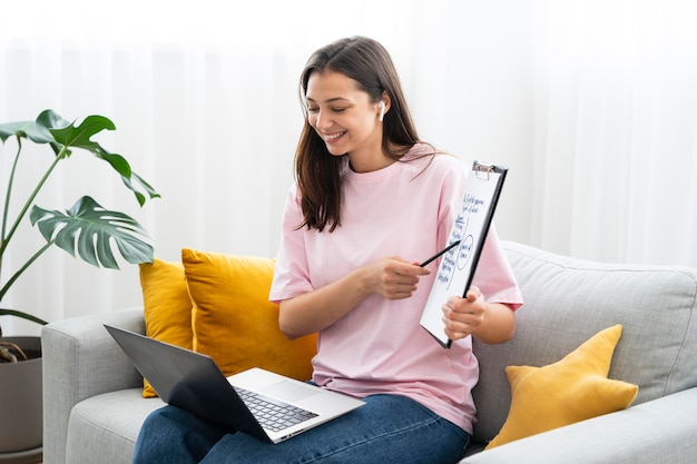 Jeune femme enseignant des cours d'anglais en ligne