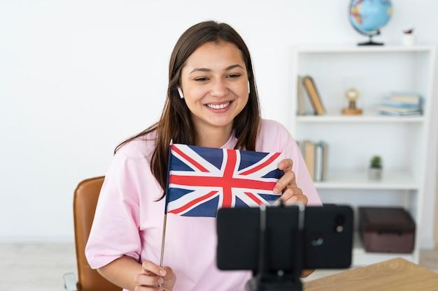 Jeune femme enseignant des cours d'anglais