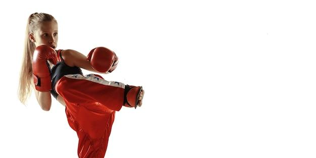 Jeune femme entraînement de combat de kickboxing isolé sur fond blanc