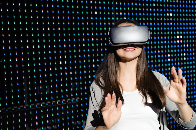 Jeune femme éprouvant des lunettes de réalité virtuelle. 3d.