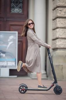 Jeune, femme, équitation, électrique, scooter