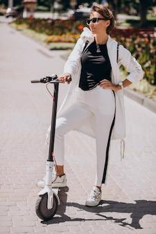 Jeune femme, équitation, scooter, dans, rue