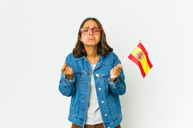 Jeune femme espagnole tenant un drapeau isolé montrant qu'elle n'a pas d'argent.