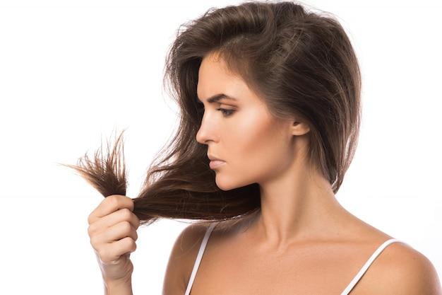 Jeune femme est mécontente de ses cheveux