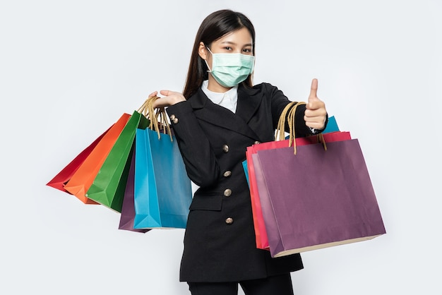 La jeune femme était vêtue de noir avec un masque et portait un sac pour faire ses courses