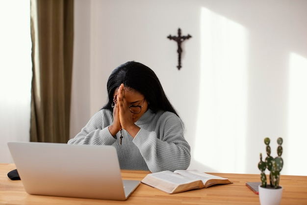Jeune femme étant spirituelle à la maison