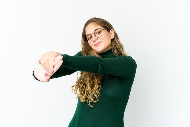 Jeune femme, étirage bras, position détendue