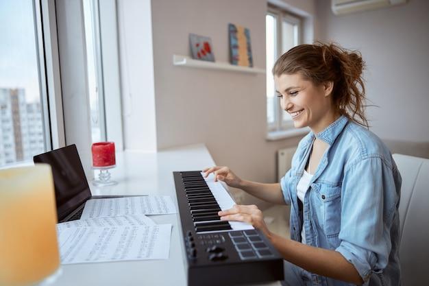 Jeune femme étonnante exprimant sa positivité en regardant les notes