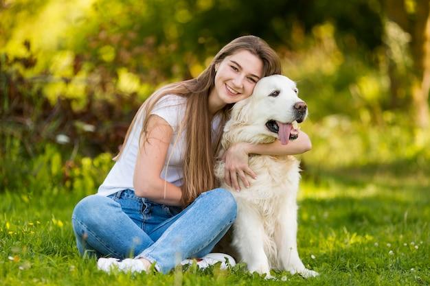 Jeune femme, étreindre, elle, chien