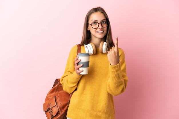 Jeune femme étudiante sur fond rose isolé faisant le geste à venir