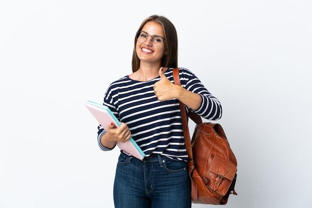 Jeune femme étudiante isolée sur fond blanc donnant un geste de pouce en l'air