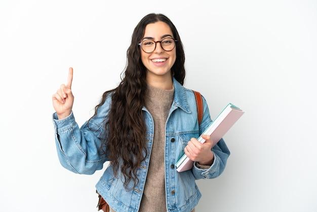 Jeune femme étudiante isolée sur fond blanc pointant vers le haut une excellente idée