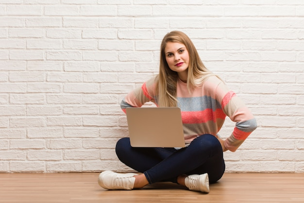 Jeune femme étudiante russe assise gronder quelqu'un très en colère