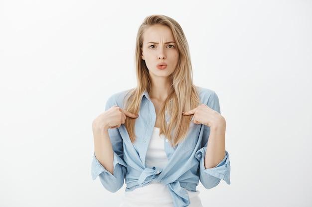 Jeune femme européenne aux cheveux blonds
