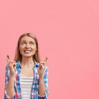 Jeune femme européenne positive avec un large sourire chaleureux