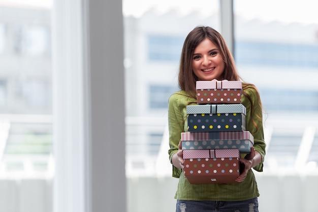 Jeune femme excitée avec boite