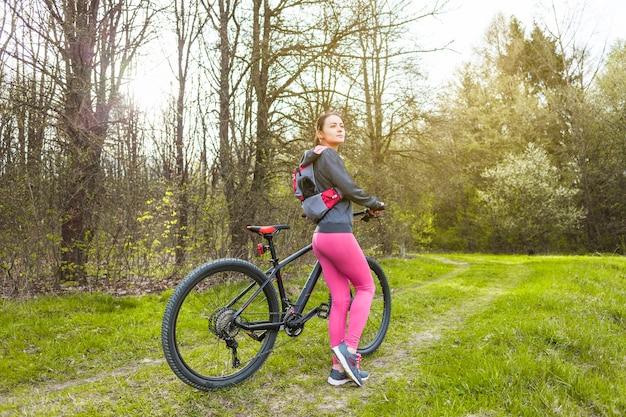 Jeune femme en excursion avec son vélo