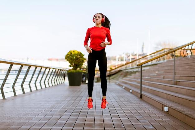 Jeune femme exerçant à l'extérieur