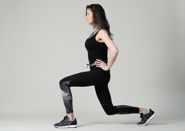 Jeune femme exerçant, fitness