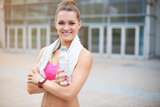 Jeune femme exerçant en plein air. femme juste avant une formation au gymnase