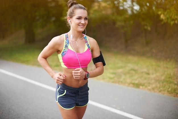 Jeune femme exerçant en plein air. rien ne peut m'arrêter pendant que je fais du jogging