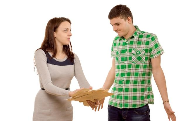 Jeune femme exigeant une explication de son petit ami