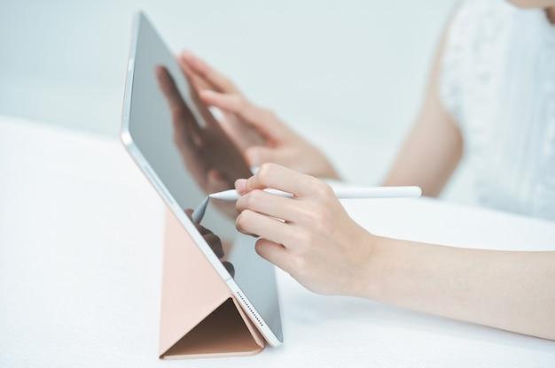 Jeune femme d'exploitation tablet pc avec un stylet