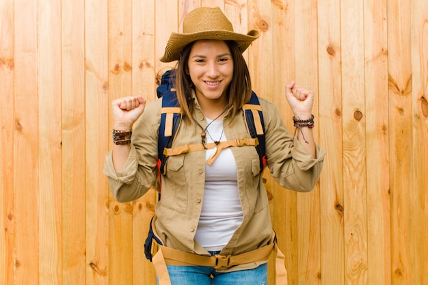 Jeune femme exploratrice latine