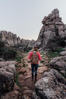 Jeune femme exploratrice avec son sac à dos marchant sur la montagne. concept d'aventure, d'excursion et de voyages.