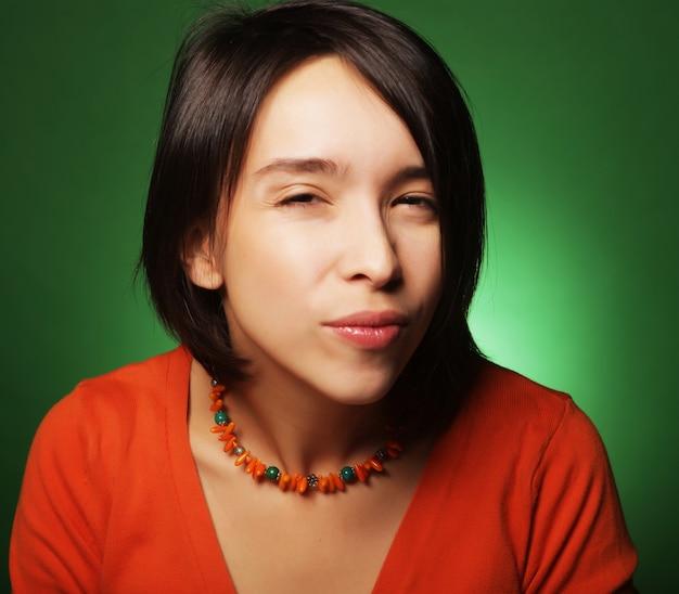 Jeune femme d'expression sur fond vert