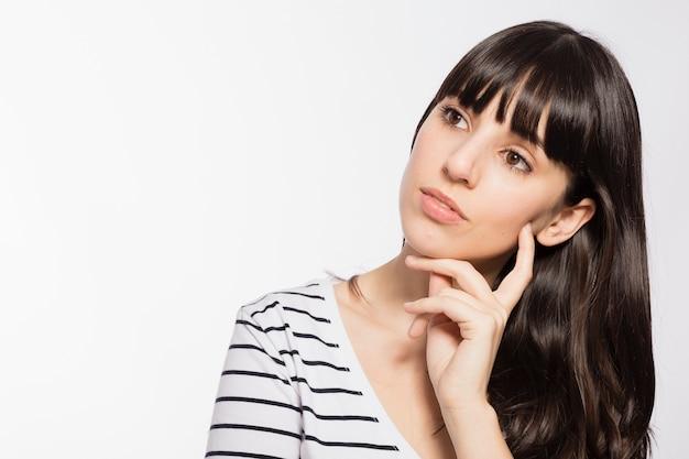 Jeune femme avec une expression de visage réfléchie