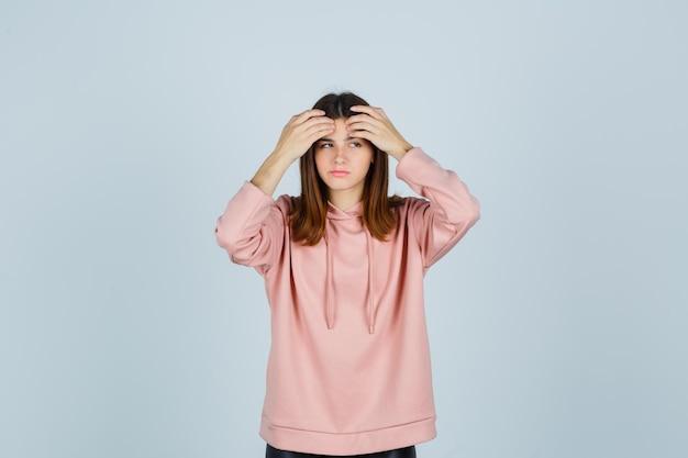 Jeune femme expressive posant dans le studio