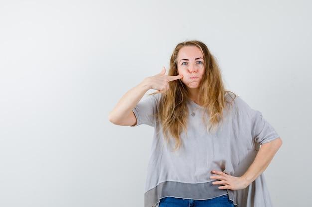 Jeune femme expressive posant en studio