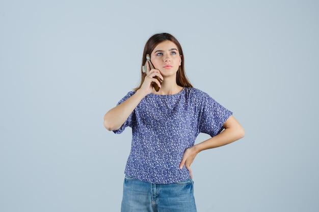 Jeune femme expressive qui pose en studio