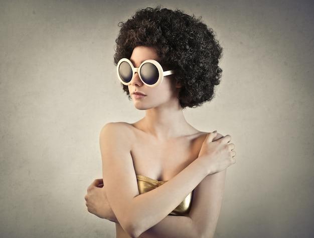 Jeune femme extravagante