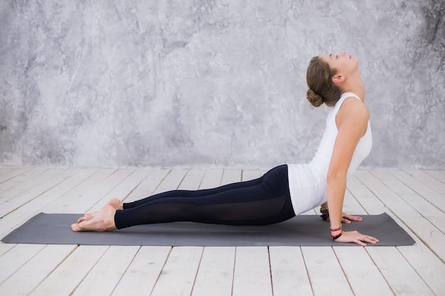 Jeune femme, faire du yoga à l'intérieur
