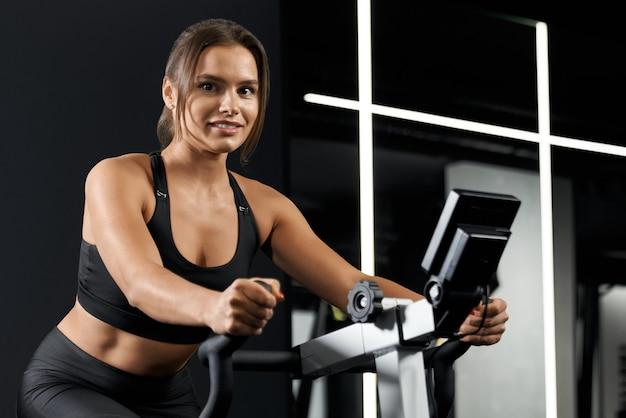 Jeune femme, faire, exercice, dans, gymnase