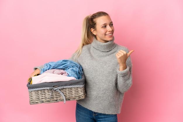 Jeune femme, faire lessive, isolé, sur, rose