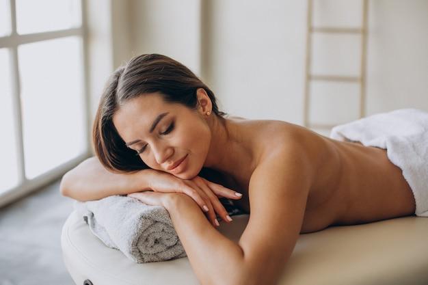 Jeune femme, faire, massage, à, centre spa