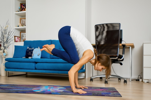 Jeune femme, faire, yoga, bras équilibre, exercice, pose grue