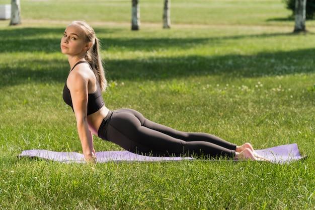 Jeune femme, faire, yoga, dans parc