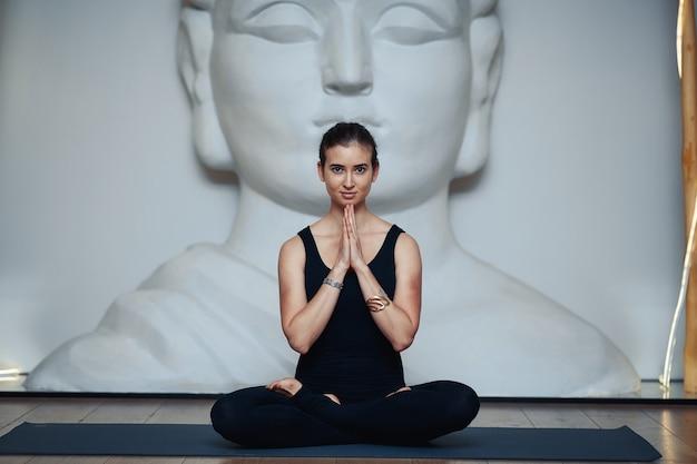 Jeune femme, faire, yoga, exercice, dans, studio