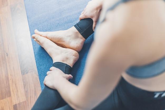 Jeune femme, faire, yoga, séance d'entraînement