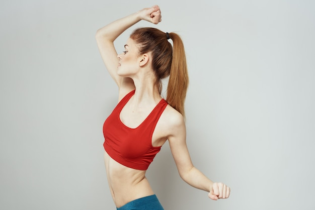Jeune femme faisant du fitness à la maison, entraînement et yoga.