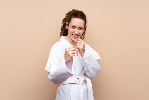 Jeune femme faisant du karaté